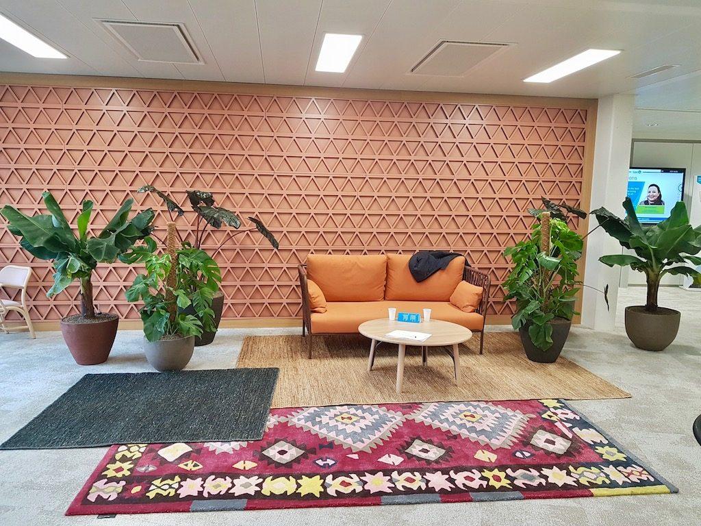 exemple de bureau design avec espace détente et plantes vertes dans une entreprise