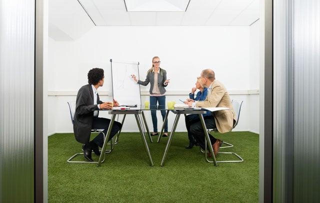 idée gazon synthétique pour sol dans bureau d'entreprise