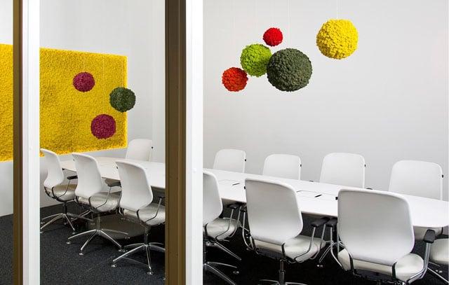 végéta acoustique dans une salle de réunion d'entreprise