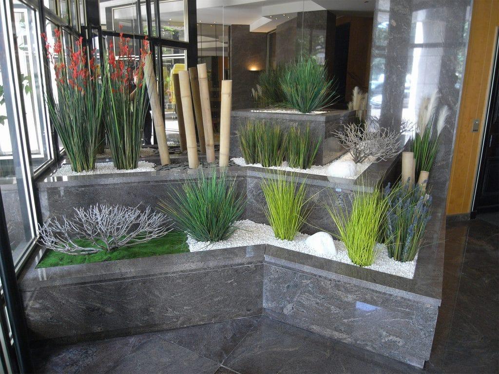 des végétaux dans un hall d'immeuble