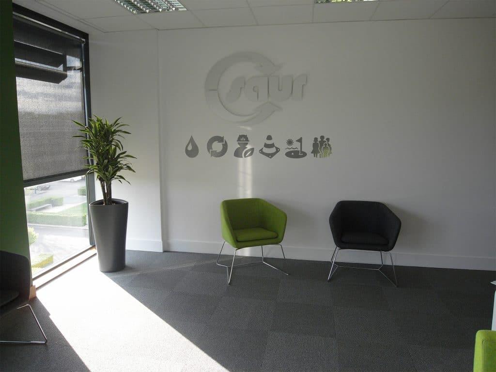 plantes dans un espace d'accueil
