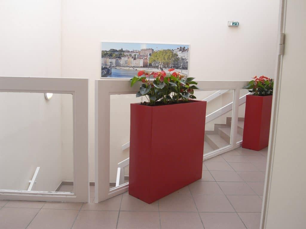 jardinière rouge pour entreprise avec plante fleurie