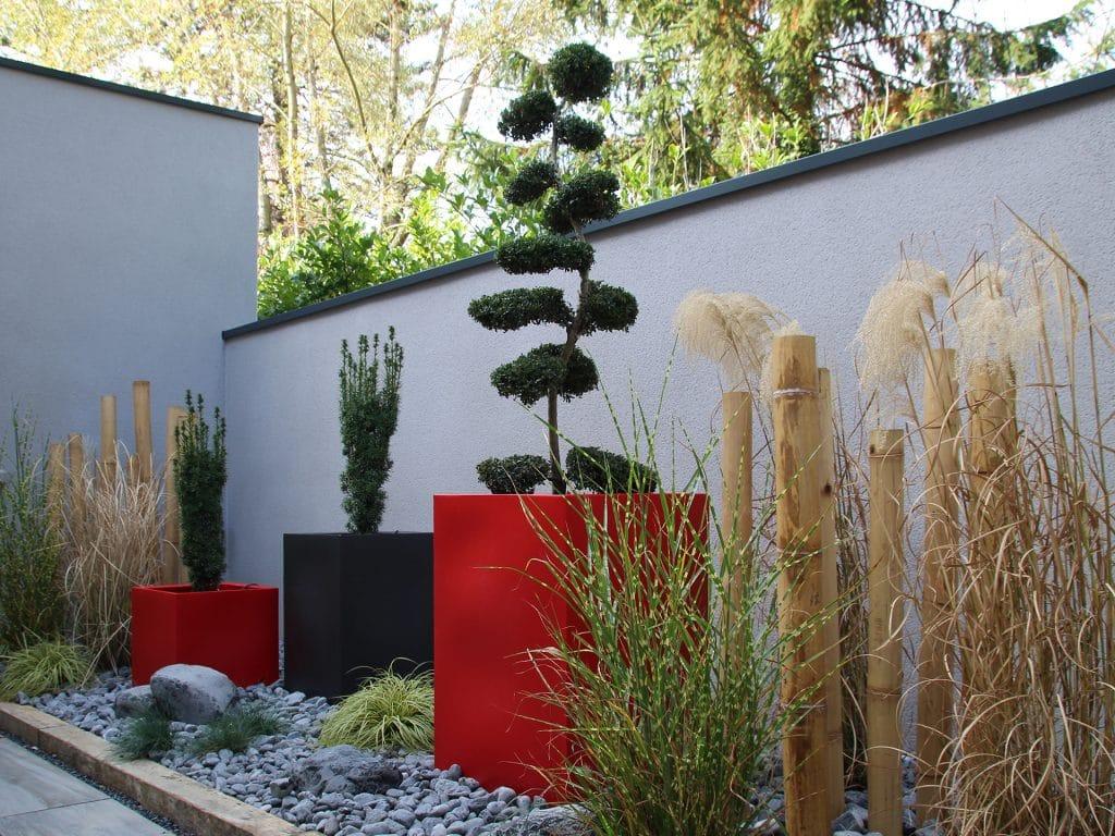 patio extérieur avec graminées et troncons de bambou