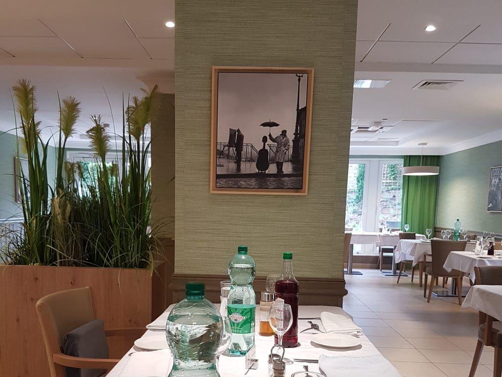 tableau noir et blanc dans restaurant