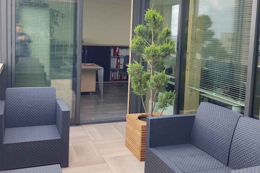 aménagement végétal terrasse avec pot en teck
